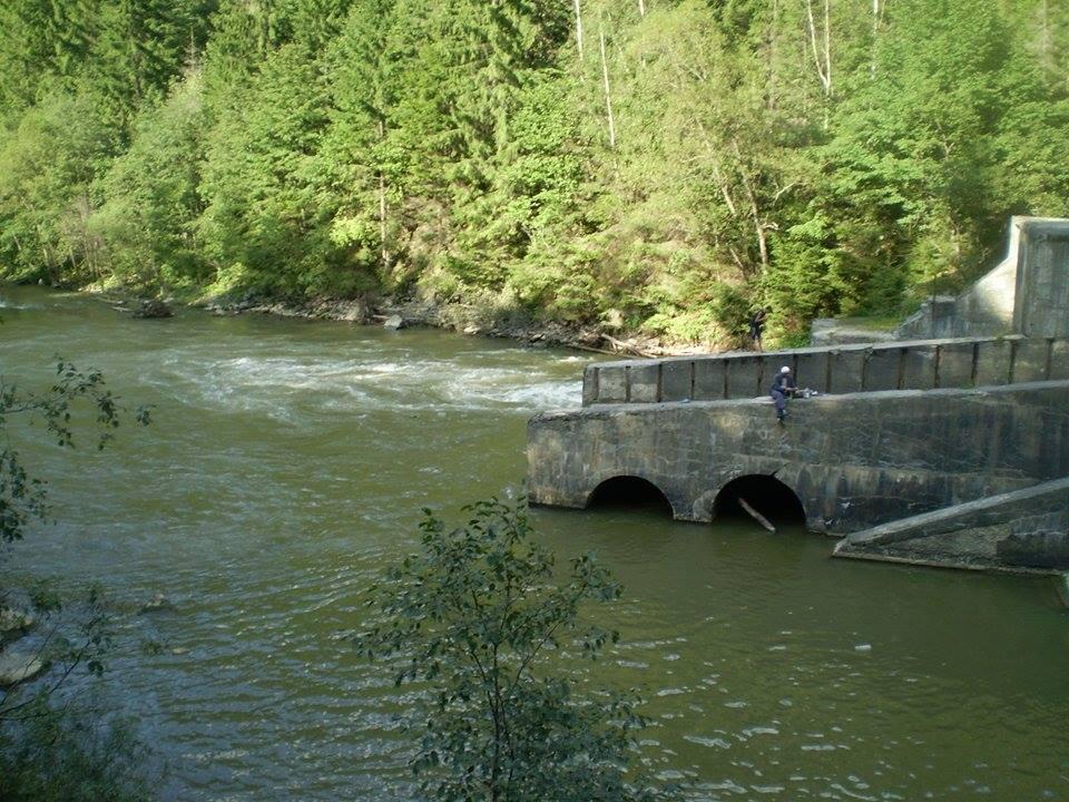 Pescar pe barajul Zugreni, 5 kilometri în aval de satul Călinești